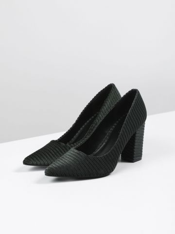 נעלי עקב קטיפה בטקסטורת פסים