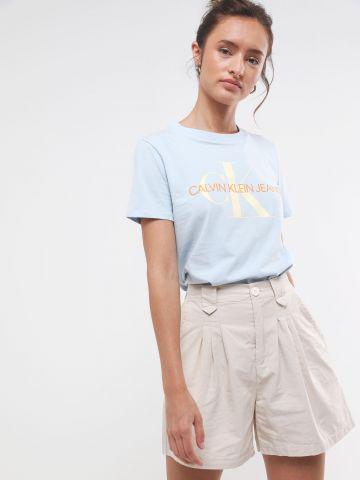 מכנסיים קצרים עם קפלים