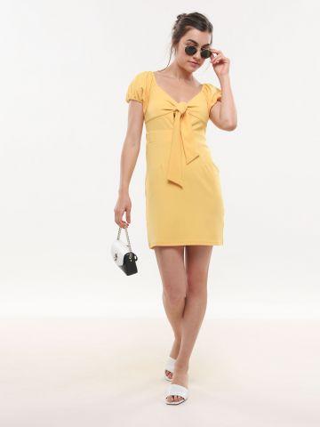 שמלת מיני עם קשירה ושרוולים נפוחים