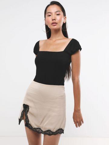 חצאית סאטן מיני עם עיטורי תחרה