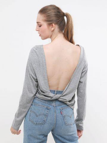 חולצה עם טוויסט בגב