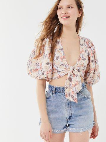 חולצת פשתן קרופ בהדפס צדפים עם קשירה ושרוולי בלון UO