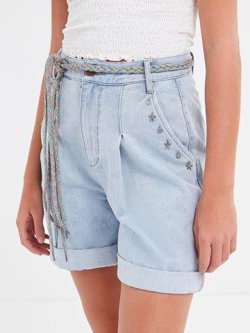 ג'ינס קצר בגזרת Mom עם עיטורי צדפים BDG
