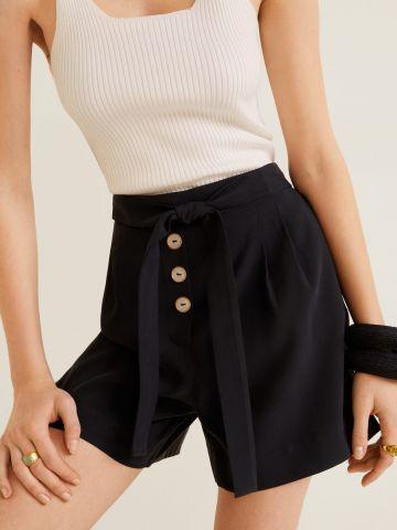 מכנסיים קצרים בגזרה גבוהה עם חגורת קשירה