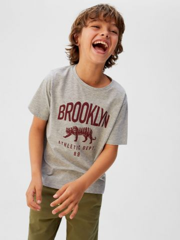 טי שירט עם הדפס כיתוב Brooklyn / בנים