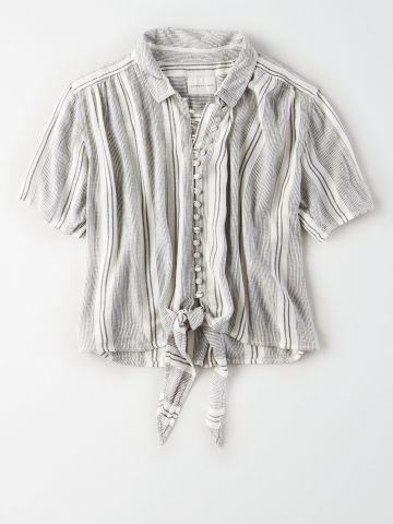 חולצה מכופתרת בהדפס פסים עם קשירה / נשים