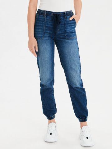 ג'ינס בגזרה גבוהה בשטיפה כהה וגומי בסיומת Jogger