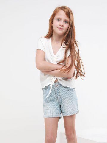 ג'ינס קצר בהדפס פסים עם קיפולים בסיומת