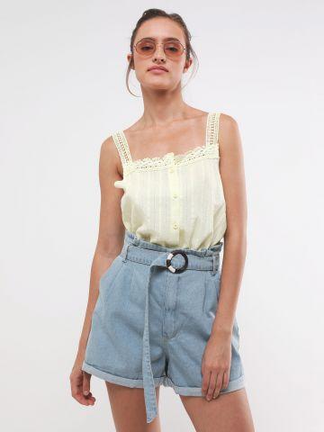 ג'ינס קצר בגזרה גבוהה עם חגורת מותן