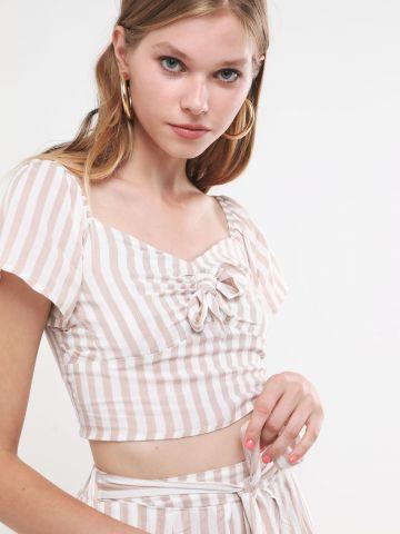 חולצת קרופ בהדפס פסים עם קשירה