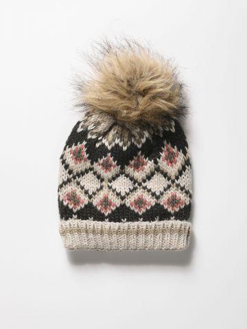כובע סרוג מולטי קולור עם עיטור פונפון
