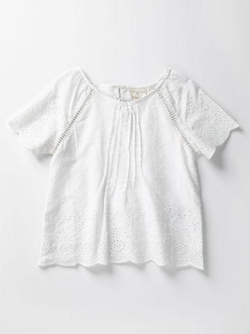 חולצה עם עיטורי רקמה בשילוב חירורים דקורטיביים / בנות