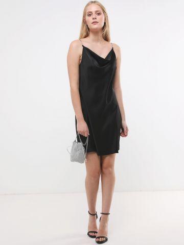שמלת סאטן מיני עם כתפיות שרשרת דקות