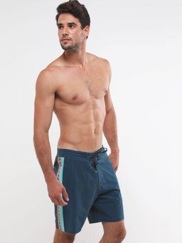 מכנסי בגד ים עם סטריפים צבעוניים בצדדים
