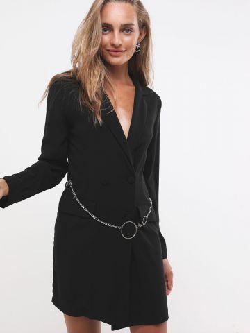 שמלת בלייזר עם חגורת שרשרת מטאלית