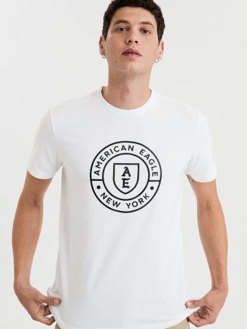 טי שירט עם הדפס לוגו