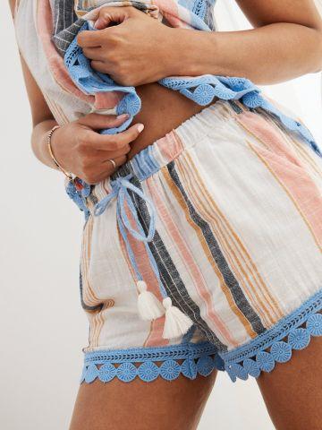 מכנסיים קצרים בהדפס פסים מולטי קולור ועיטורי תחרה