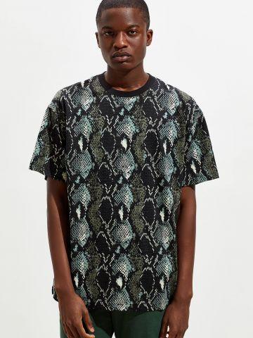חולצת טי שירט בהדפס נחש UO