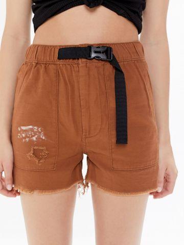 מכנסיים קצרים עם חגורה מובנית UO