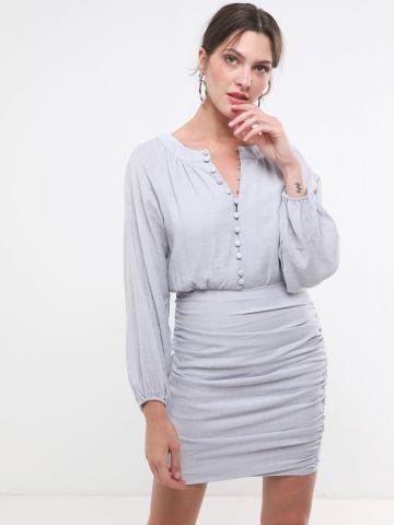 שמלת מיני כיווצים עם כפתורים