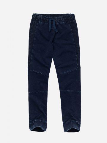 מכנסי טרנינג ג'ינס בשילוב טקסטורת פסים
