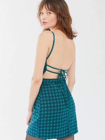 שמלת מיני בהדפס משבצות עם קשירות בגב UO