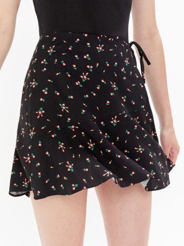 חצאית מעטפת מיני בהדפס פרחים UO
