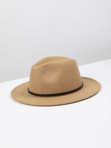 כובע קטיפה רחב שוליים בשילוב רצועה