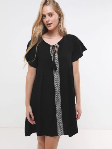 שמלת מיני עם סטריפ רקמה בחזית