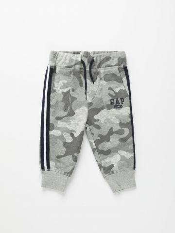 מכנסי טרנינג קמופלאז' עם לוגו / 12M-5Y