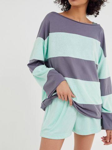 חולצה בהדפס פסים עם סיומת גזורה OUT FROM UNDER