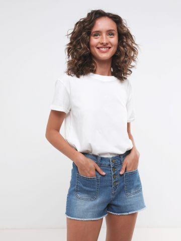 ג'ינס קצר עם כפתורים וכיסים