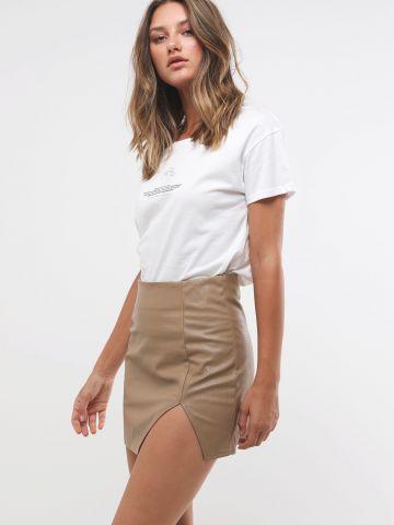חצאית מיני דמוי עור עם שסע