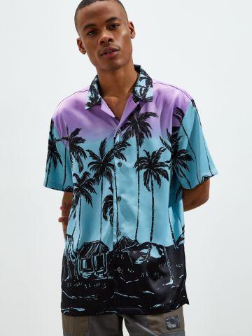 חולצה מכופתרת בהדפס דקלים UO