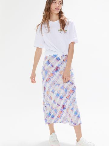 חצאית מידי סאטן בהדפס אבסטרקטי UO
