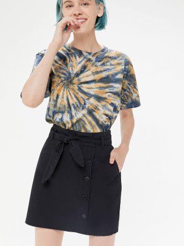 חצאית מיני מכופתרת עם חגורת קשירה BDG