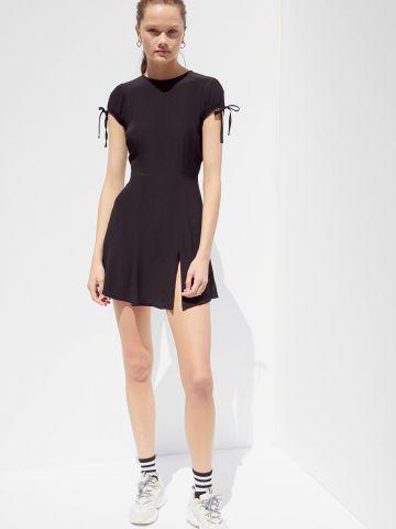שמלת מיני עם מפתח בגב UO