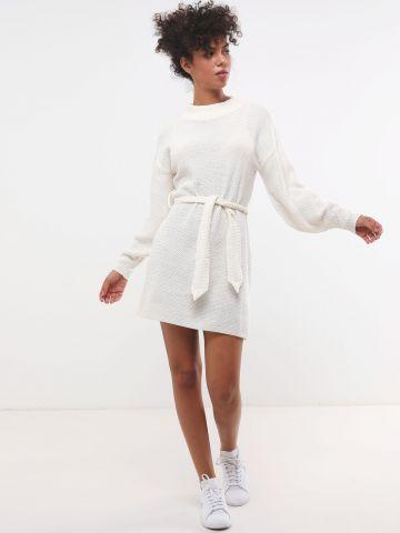 שמלת מיני סרוגה עם חגורת מותן וצווארון גבוה