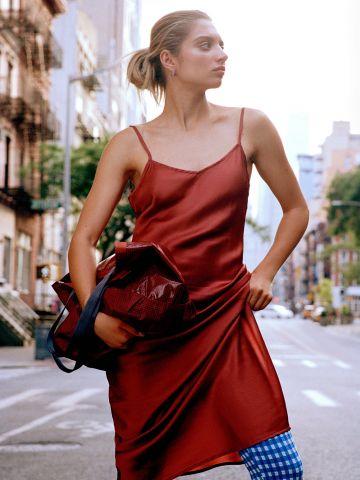 שמלת סאטן מידי עם שסע UO