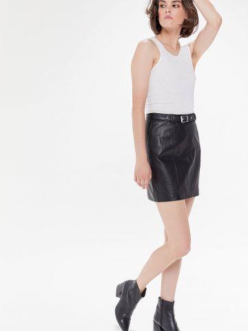 חצאית מיני דמוי עור עם חגורה UO