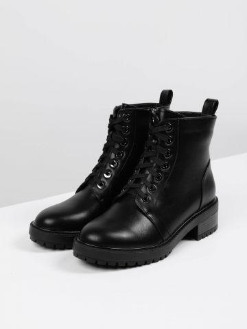 מגפיים בסגנון צבאי עם שרוכים