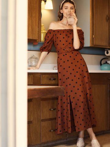 שמלת מקסי אוף שולדרס בהדפס נקודות עם חגורה
