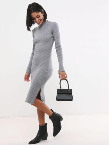 שמלת סריג ריב עם שסע וצווארון גבוה