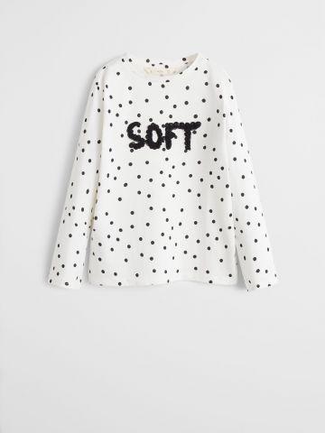 חולצה בהדפס נקודות עם כיתוב דקורטיבי בחזית / בנות