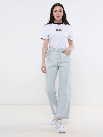 ג'ינס בגזרת Mom ובשטיפה בהירה