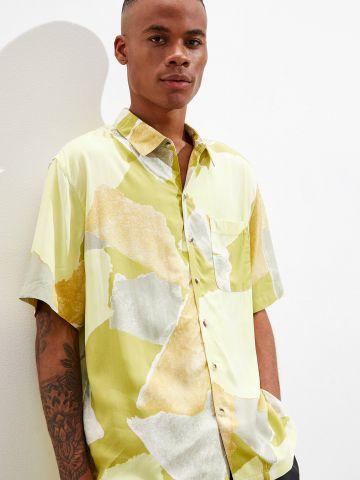 חולצה מכופתרת בהדפס צורות UO