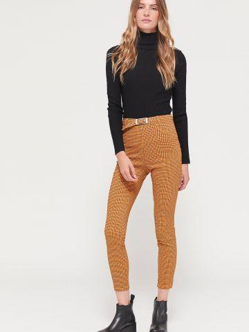 מכנסיים בהדפס משבצות עם חגורת מותן UO