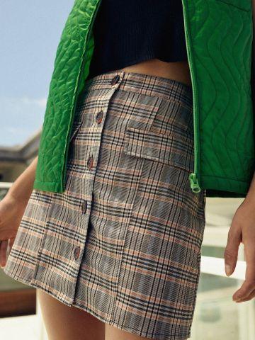 חצאית מיני מכופתרת בהדפס משבצות UO
