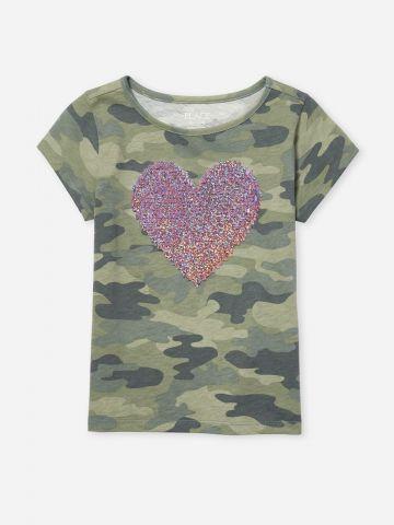 טי שירט בהדפס קמופלאז' עם לב מפאייטים / בנות