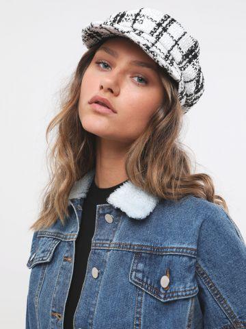 כובע קסקט סרוג בדוגמת משבצות